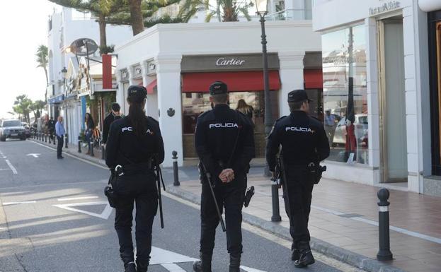 Agentes de la Policía Nacional, en Puerto Banús, donde se produjo uno de los casos.