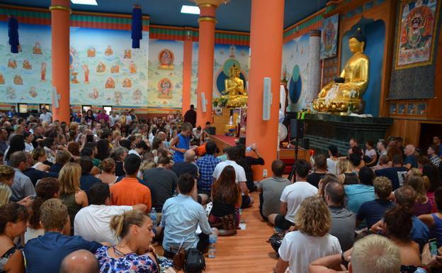 La 'Gompa', o sala de meditación, el pasado sábado repleta de personas rezando, procedentes de 62 países.