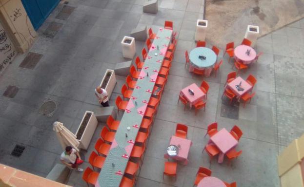 Una mesa para cerca de treinta comensales montada en la plaza de San Francisco.