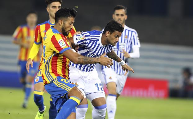 Willian José lucha con Garay por el balón.
