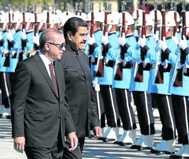 Erdogan y Maduro pasan revista a la Guardia de Honor. :: afp