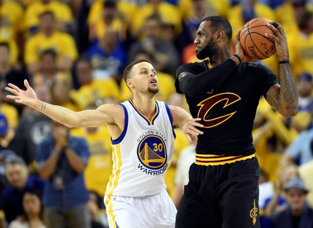 Curry defiende a LeBron en un partido entre los Warriors y los Cavs. :: Bob Donnan-USA TODAY Sports/