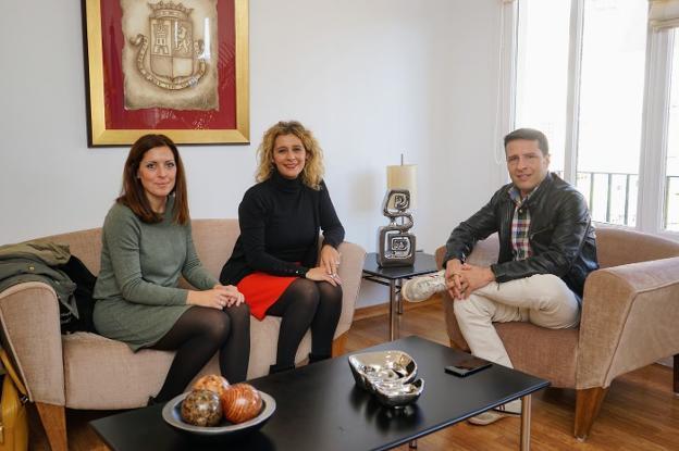 La diputada Marina Bravo, con Rosa Arrabal y Óscar Medina. :: e. c./