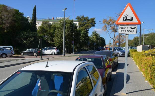 Señal de peligro advirtiendo del paso de un tranvía que lleva para seis años sin circular en Vélez. /Eugenio Cabezas