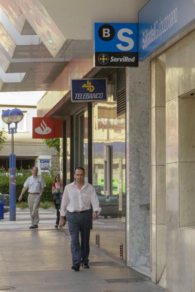 Multa de 91 millones a cuatro bancos por pactar las for Oficinas bancarias abiertas por la tarde