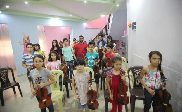 Alumnos de la escuela de Afrin que iban a recibir los instrumentos antes de la caída de la ciudad kurda.