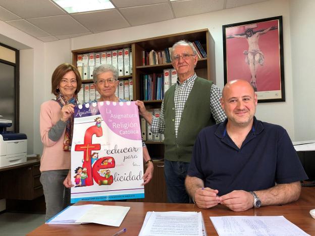 Carmen Velasco sostiene el cartel de la campaña de Religión junto a otros miembros de la Delegación. sur/