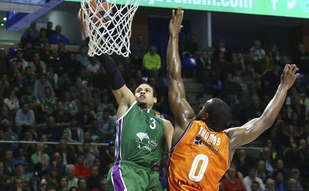McCallum trata de anotar ante Thomas.
