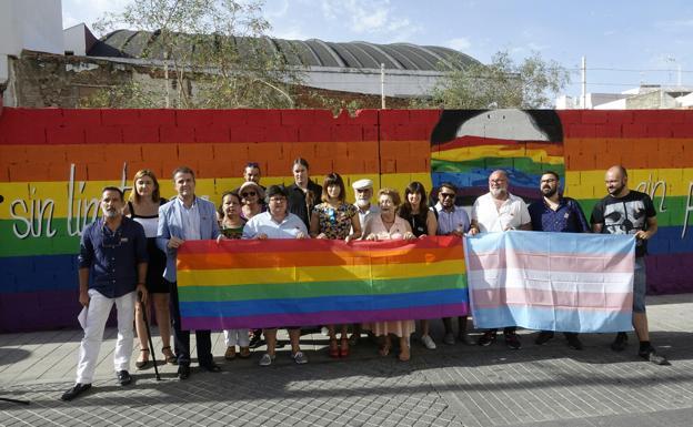 Un Mural Con Una Bandera Arcoiris En El Centro De Malaga Para