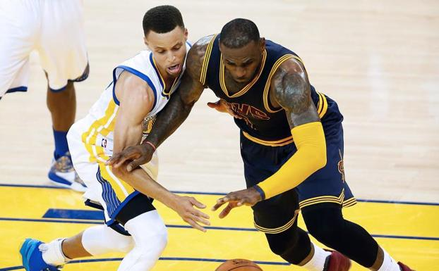 Stephen Curry y LeBron James. /Beck Diefenbach (Afp)