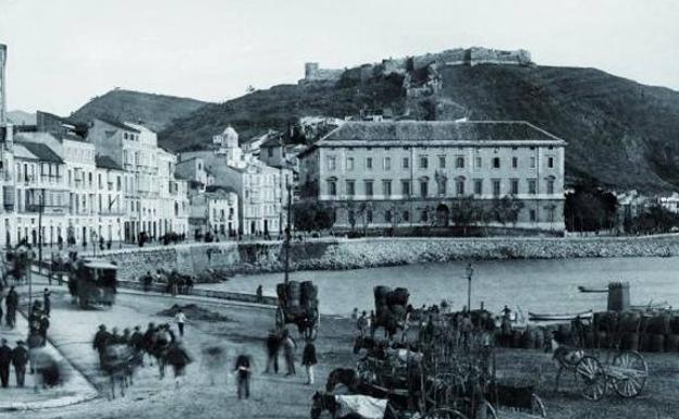 20b144a0e2e Cuando en Málaga estaba prohibido bañarse en la playa antes de las diez de  la noche