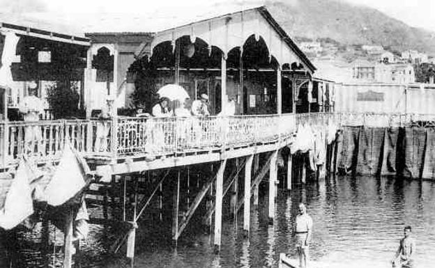 16109800ae5 Cuando en Málaga estaba prohibido bañarse en la playa antes de las ...