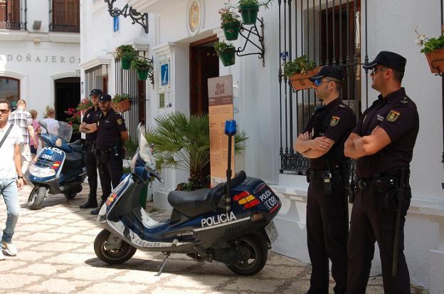 Agentes de la Policía Nacional ayer durante la presentación del dispositivo de verano. :: charo márquez/