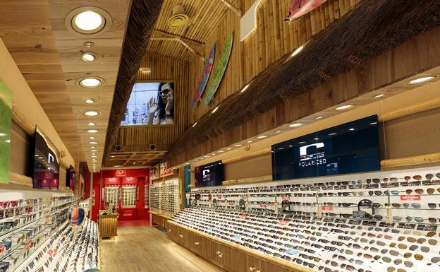 3bef6beb32 Una tiendas de gafas de sol ocupa el histórico local de Casa Mira en ...