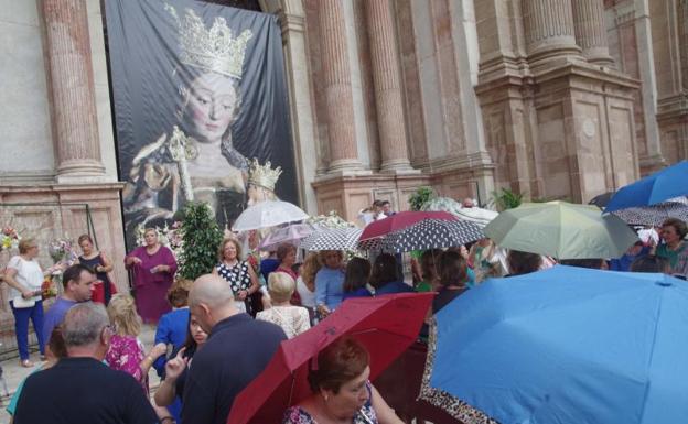 Ofrenda floral a las puertas de la Catedral./Eduardo Nieto