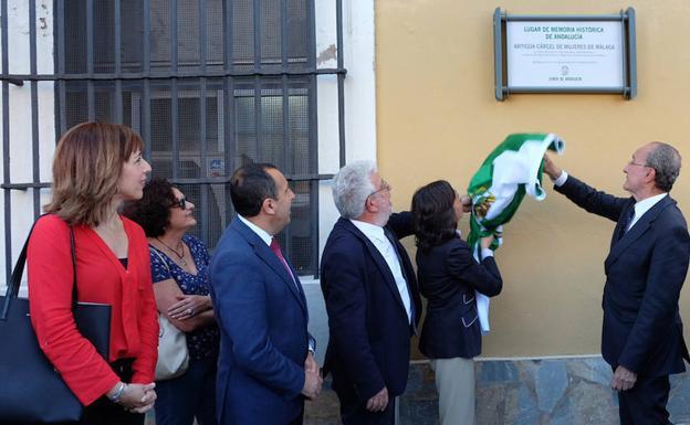 Francisco de la Torre, alcalde de Málaga, inauguró una placa conmemorativa en la alctual sede de la Policía Local, emplazamiento de la antigua cárcel de mujeres.