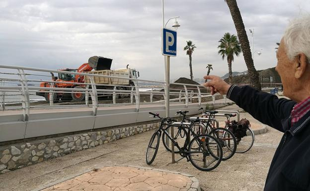 Antonio Delgado, dirigente vecinal, reclama la arena para la playa.