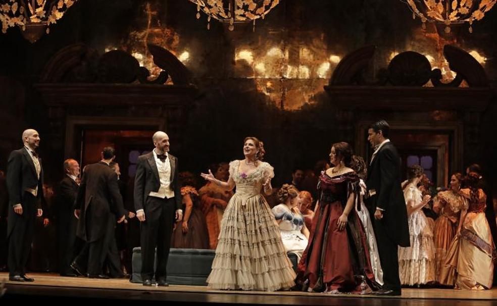 Ainhoa Arteta, en el centro, en el inicio de la ópera de Verdi que abre la temporada lírica del Cervantes. /MIGUE FERNÁNDEZ