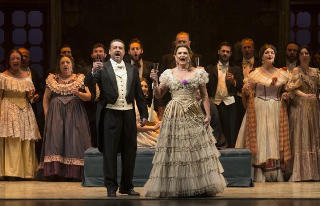 Arteta y Gandía, en un momento de la representación de la ópera en el Cervantes./ÑITO SALAS