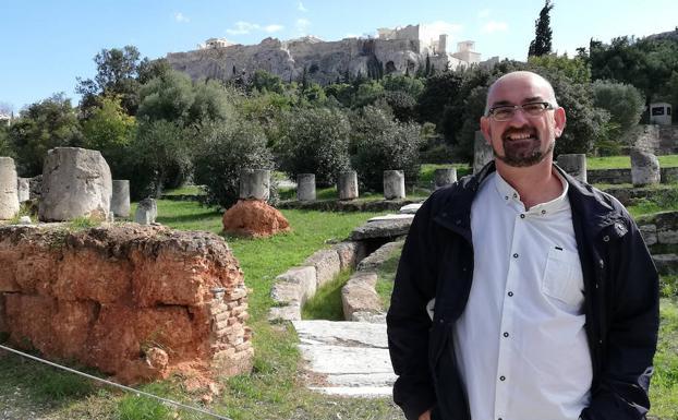 Paco Melero durante su vista a Atenas con motivo de su participación en el XII Congreso Internacional de AIECM3 sobre cerámica medieval y moderna, donde expuso su estudio sobre la loza.
