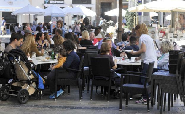 El Ayuntamiento reconoce falta de personal para controlar los excesos de las terrazas