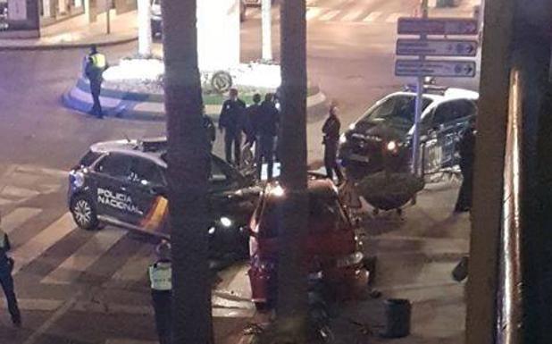 La policía, con el coche de la persecución.