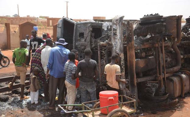Resultado de imagen para 58 muertos tras la explosión de un camión cisterna con gasolina en la capital de Níger
