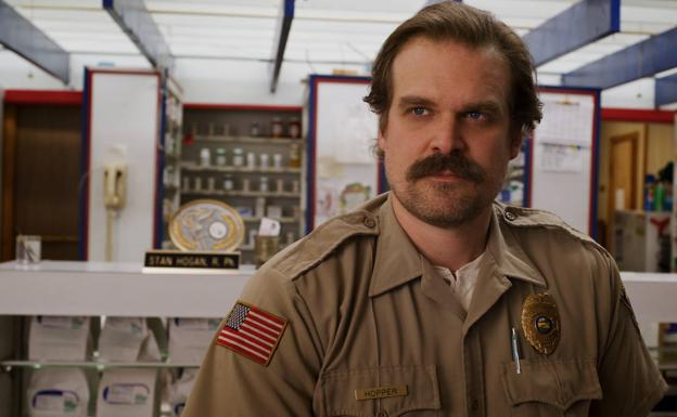 David Harbour está excelente como Jim Hooper.