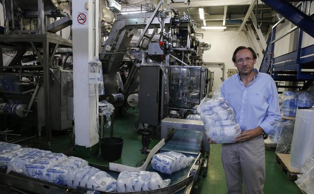 Manuel Bustos, en su fábrica de El Viso.