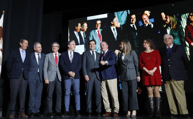 Moreno, esta tarde, con el resto de autoridades tras presentar el proyecto./Antonio J. Guerrero