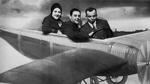 Fotografía facilitada por la Fundación Antoine de Saint -Exupé de Antoine de Saint - Exupéry , junto a su mujer Consuelo y al aviador Henri Guillaume