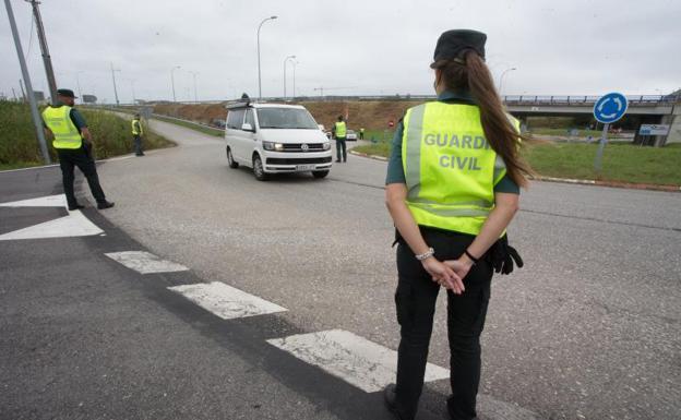 Punto de control de La Guardia Civil de Tráfico en la entrada a la Comunidad gallega a través de Ribadeo. /EP