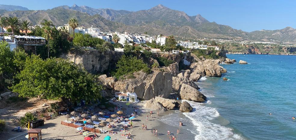 Nerja aprueba el estudio de viabilidad para un nuevo chiringuito en la playa de Calahonda, junto al Balcón de Europa 2