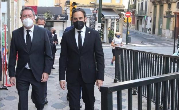 Juan Espadas, izquierda, última Semana Santa de Málaga / Sur