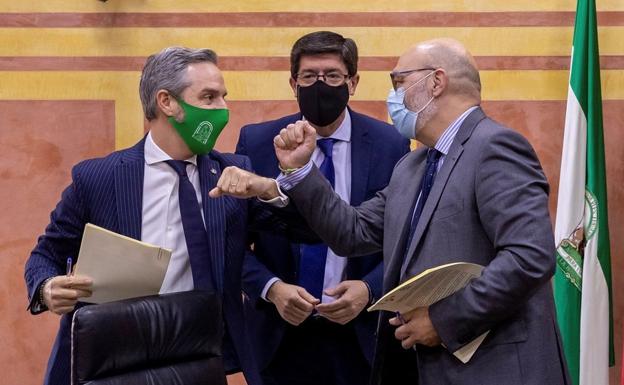 El vicepresidente Juan Marín;  el ministro de Hacienda Juan Bravo y el portavoz de Vox, Alejandro Hernández, tras firmar el convenio presupuestario / efe