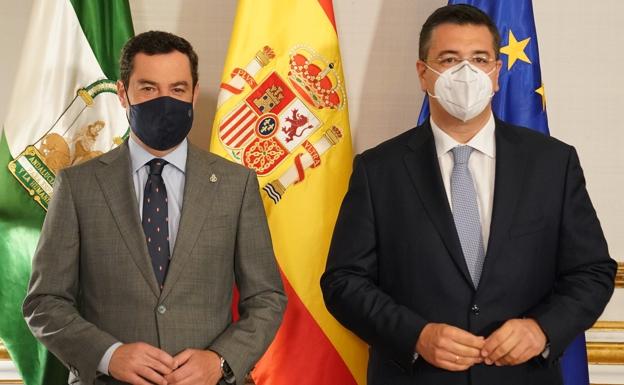 Juanma Moreno con el presidente del Comité Europeo de las Regiones, Apostolos Tzizikostas.  /Sur