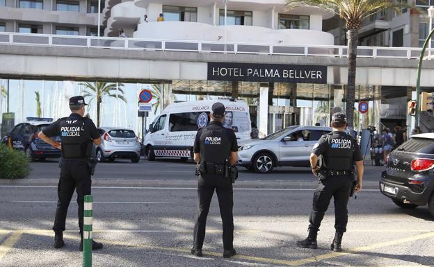Tres policías locales montan guardia frente al Hotel Palma Bellver, donde fueron detenidos 249 jóvenes que estaban directa o indirectamente relacionados con el estallido de un viaje de estudios a Mallorca / EP