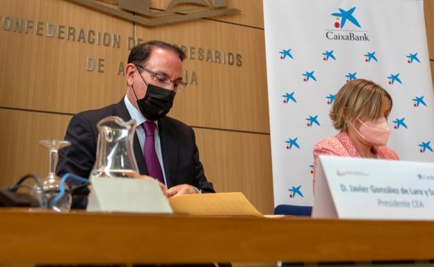 El presidente del CEA, González de Lara, firma el convenio con la directora territorial de Caixabank, María Jesús Catalá.  /Sur