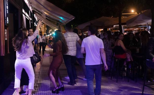 Jóvenes en una zona de bares de Sevilla / E. PRESS