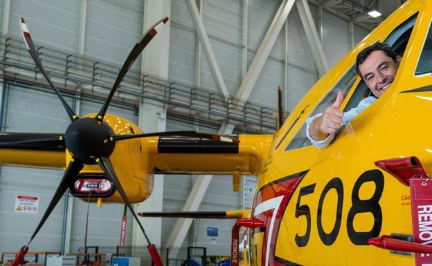 Moreno, en la unidad Airbus C295 entregada ayer./EFE/ Raúl Caro