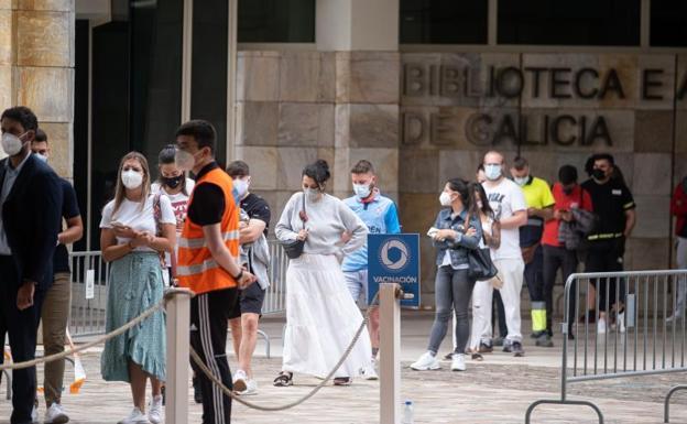 Cola de vacunación en el complejo de la Cidade da Cultura, en Santiago de Compostela. /EP
