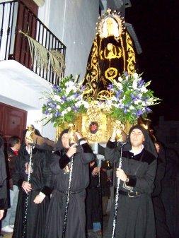 Mujeres vestidas de negro en semana santa